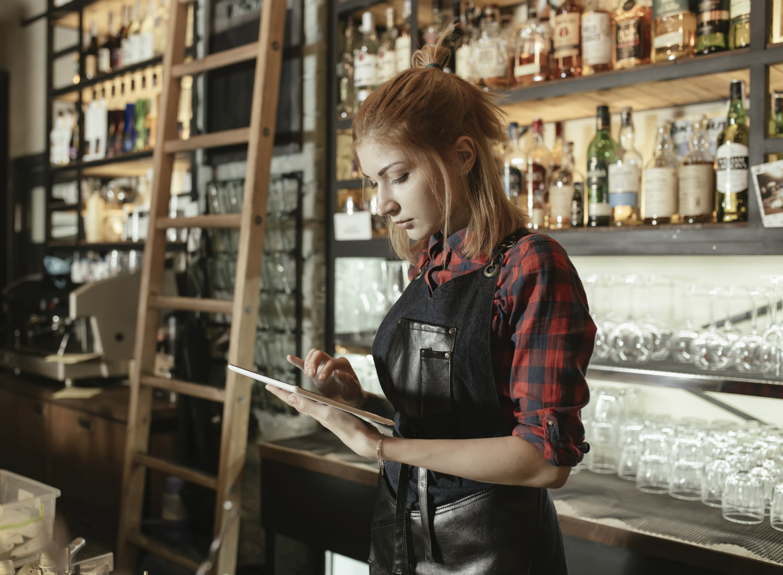 barista-using-ipad