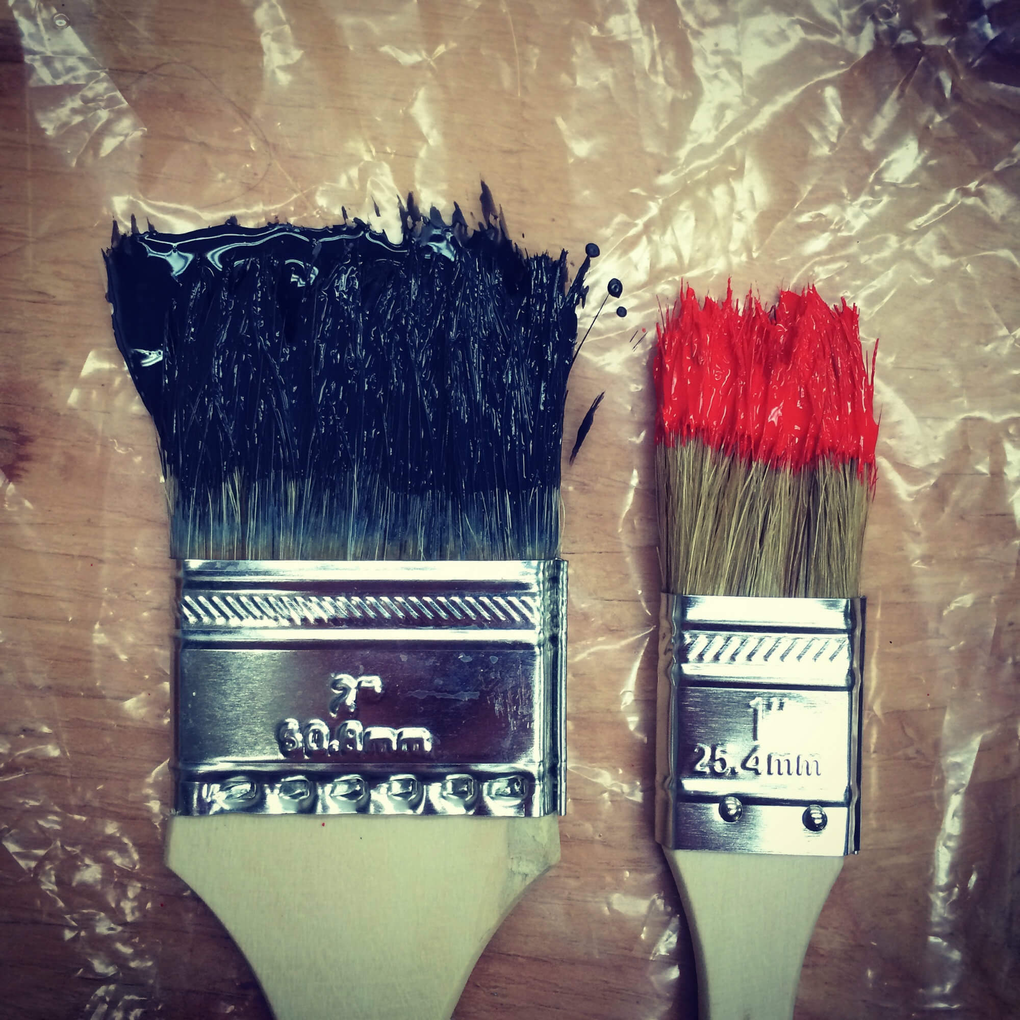 paint brushes of different sizes and colours